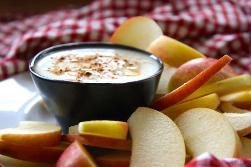 Apfelspalten mit Zimt-Joghurt-Dip