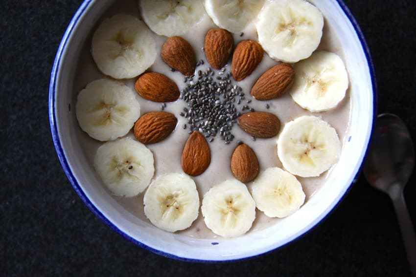 Leckere, zuckerfreie Chai Smoothie Bowl